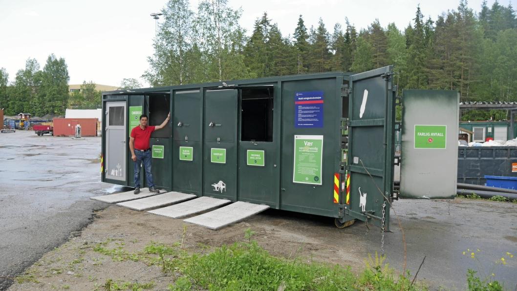SPENNENDE ORDNING: Dav Øvrom i Follo Ren viser frem det som kan bli fremtidens avfallshåndtering her i Oppegård. For anledningen har Follo Ren lånt en mobil gjenvinningsstasjon fra Oslo. Der er ordningen svært populær, og nå kan den komme til kommunen vår.