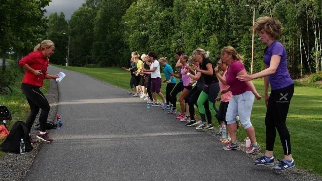 TRENING I FRISK LUFT: Bootcamp er en voksende treningsform som mange liker. I tillegg til å trene kroppen, får man gode naturopplevelser og frisk luft. Her ser du glade ute-trenere uynder Friskis&Svettis sin bootcamp.