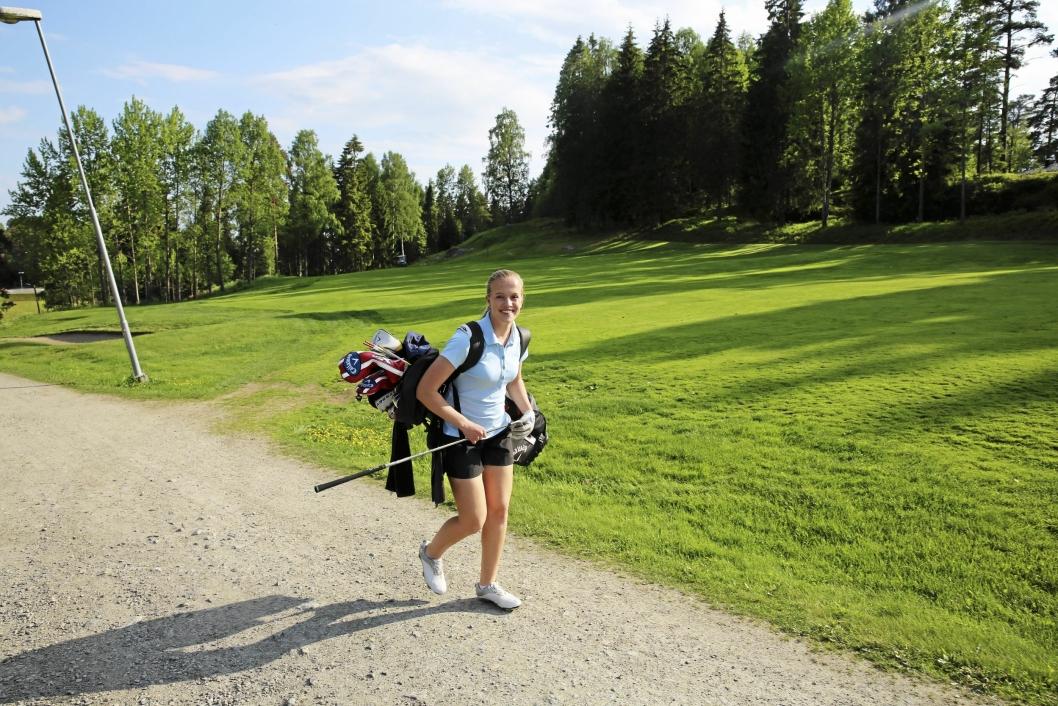 SPREK: Det blir mange og lange timer på golfbanen, og mange tusen skritt i uken for Michelle Forsland.