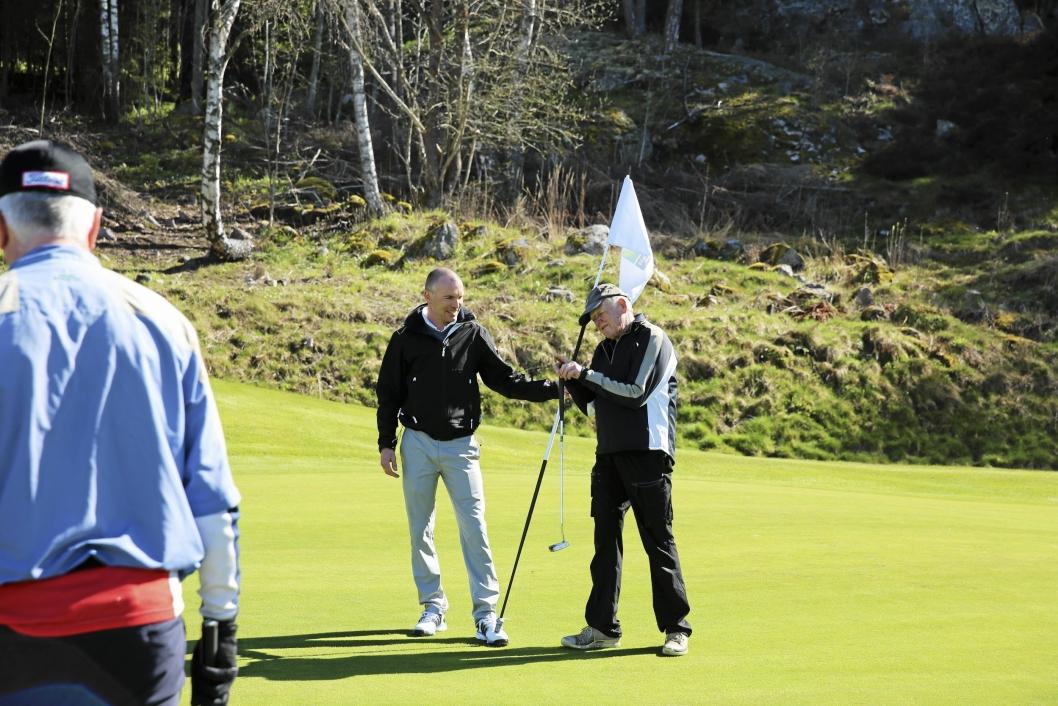 TAKKNEMLIG: Daglig leder i Oppegård golfklubb Frode Valle (til venstre) er full av lovord om den frivillige innsatsen til Einar Moe.