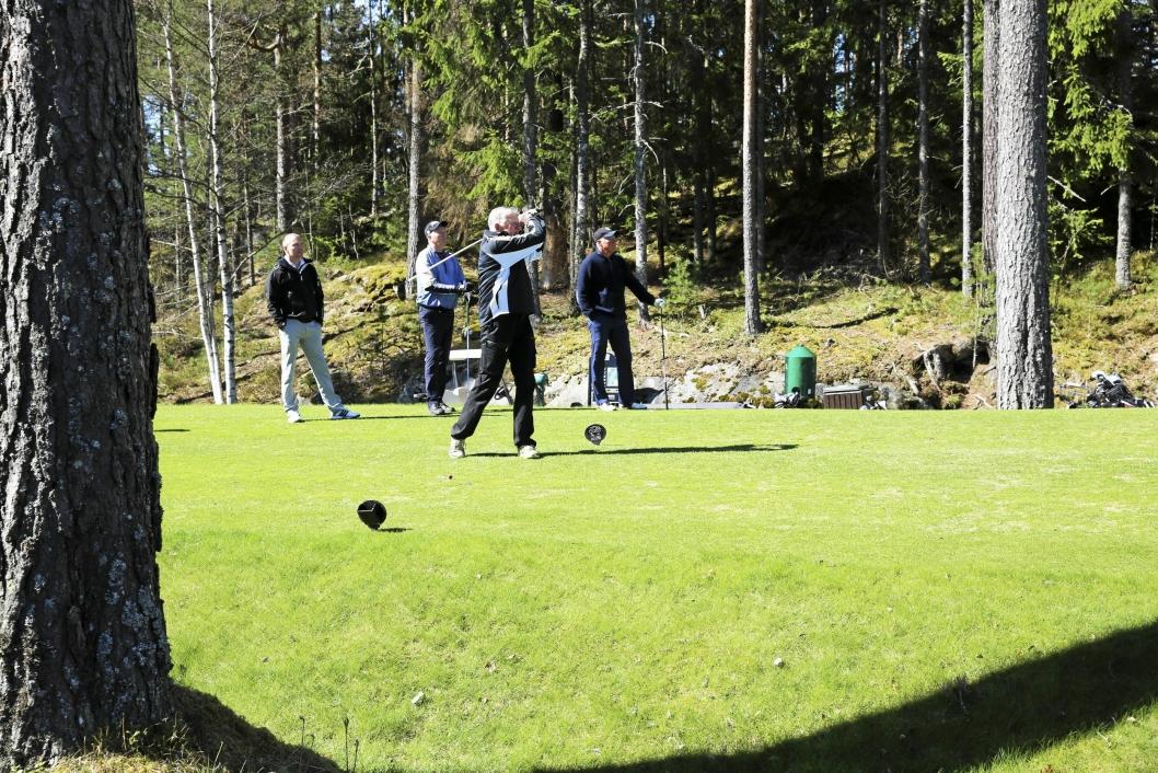 GODT TREFF: Einar Moes utslag på hull 4 var det ingenting i veien med. Daglig leder Frode Valle (fra venstre) og Kjell Morgan Karlsen og Tor Willy Johansen følger med.