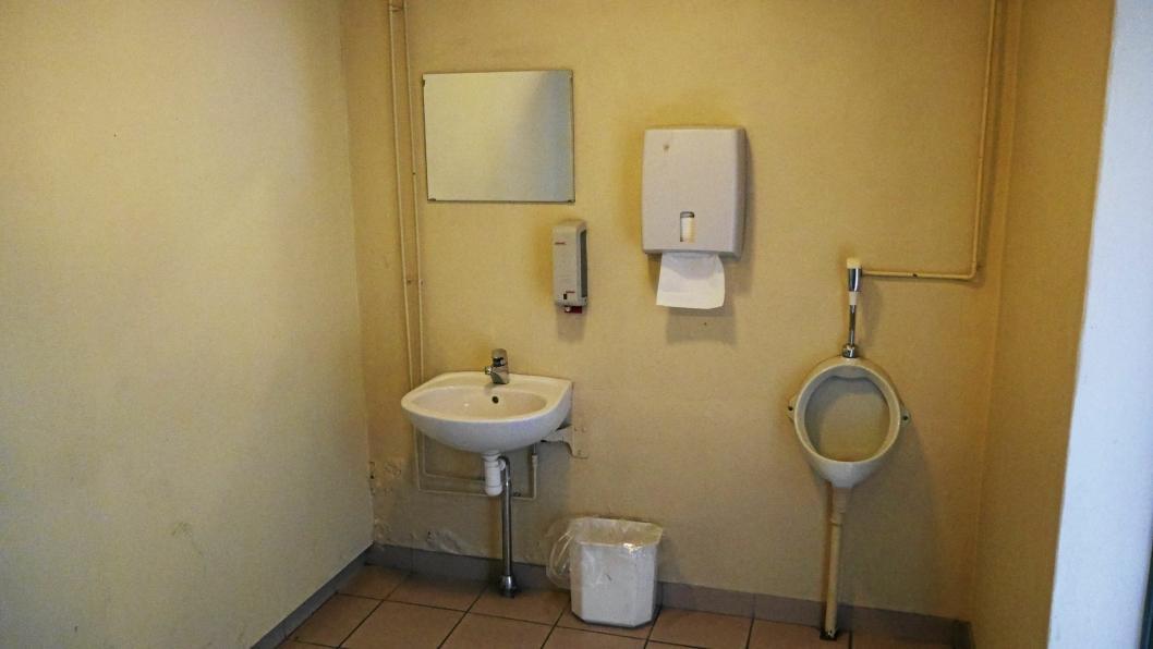 UMODERNE: Toalettanleggene er mildt sagt ikke i god stand. Det lukter mugg i kjelleren hvor det er garderober og toaletter.