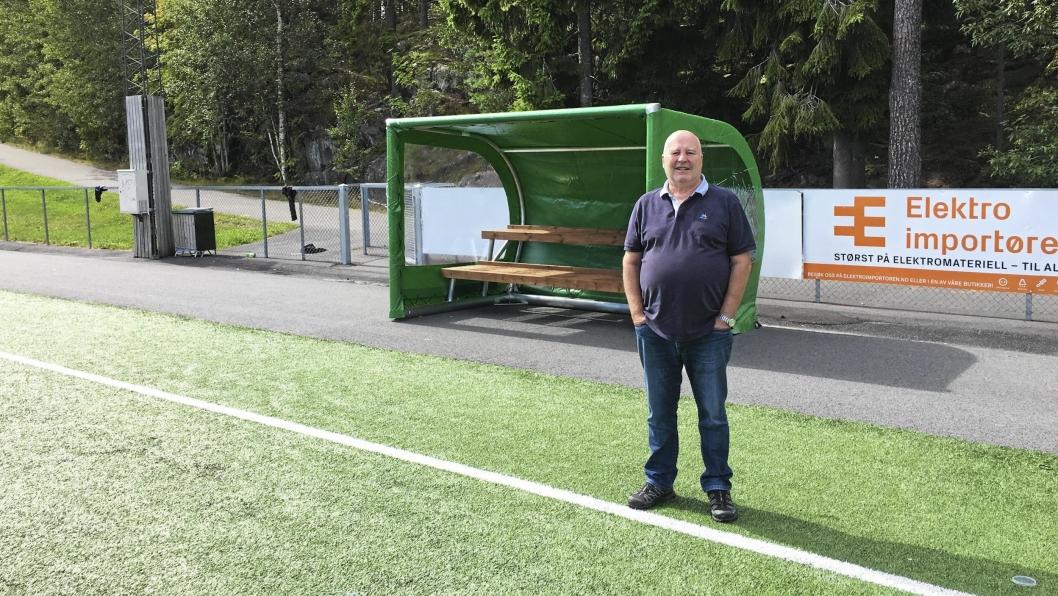 FORNØYD: Håkon Bekkestad i KIL er storfornøyd med at benkene endelig er på plass.