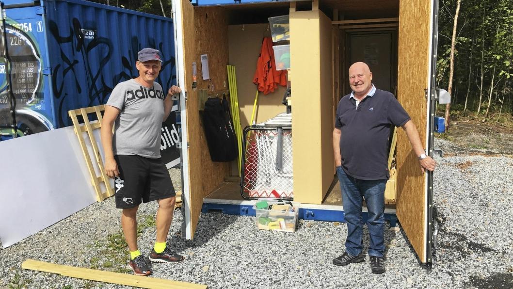 NY BOD: Styrekollega Einar Engbedahl (t.v.) og Håkon Bekkestad viser stolte frem den nye lagringsboden.
