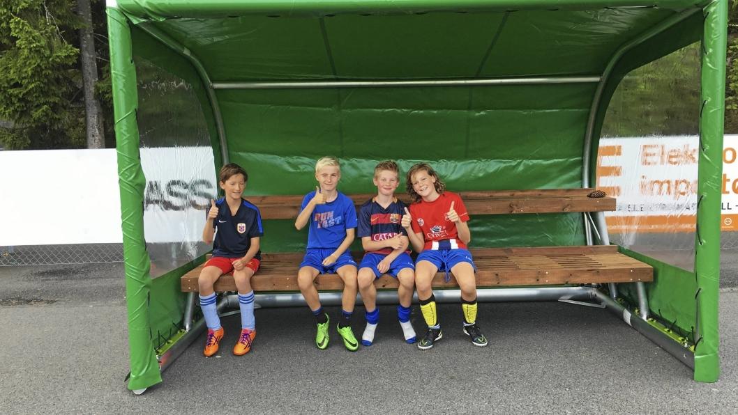 FORNØYDE: Andreas Skacke, Ludvig Dahl, Jonas Heien Bårdsen og Casper Strand Yttervik fra KIL G04 tilbringer mye tid på kunstgresset på Sofiemyr, og gir tommel opp for de nye innbytterbenkene.