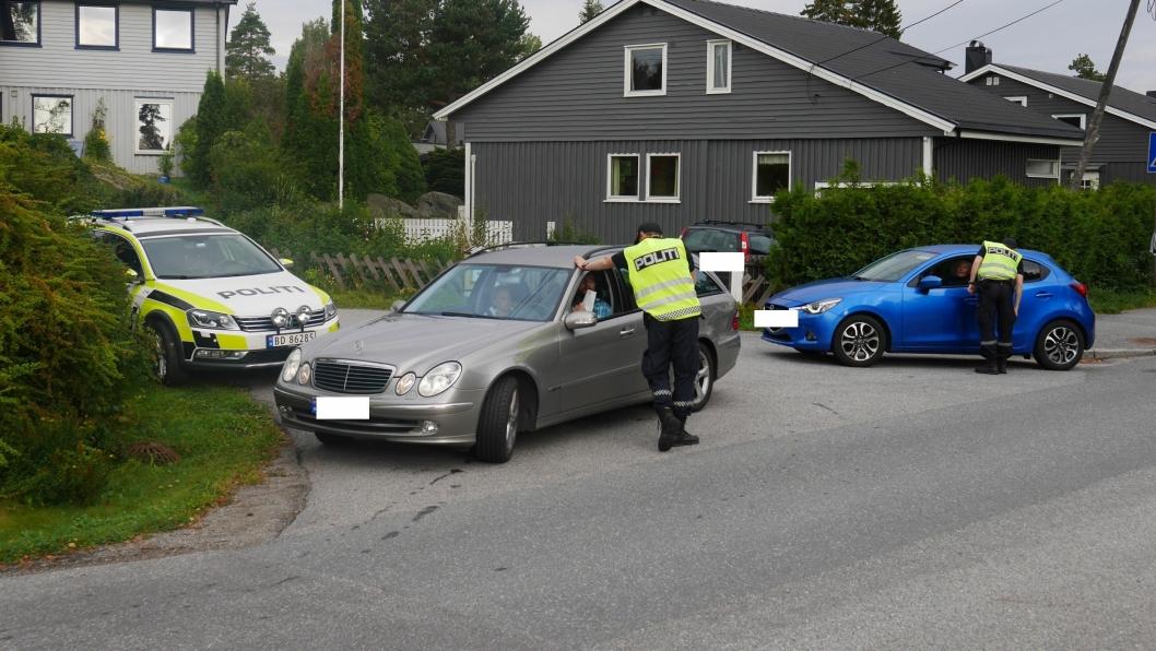 STOPPET MANGE: Det var en lang rekke med biler som ble stoppet i morgentimene her i Holbergs vei på Sofiemyr.
