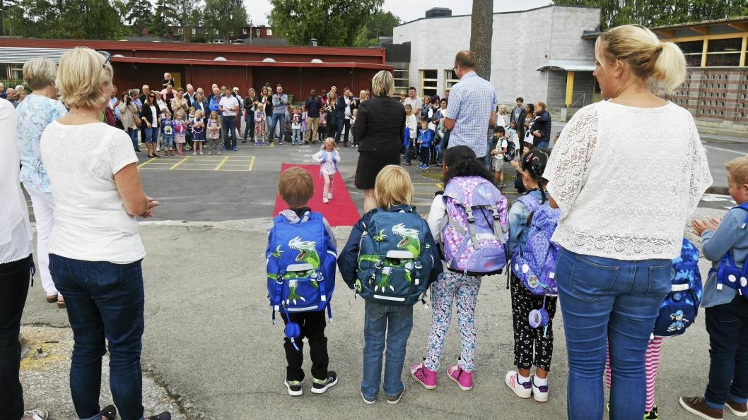 FØRSTE DAG PÅ SKOLEN: Elevene ble hyllet og feiret på rød løper på Sofiemyrtoppen skole