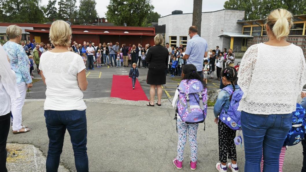 EN FANTASTISK DAG: På Sofiemyrtoppen skole ble elevene som vanlig tatt imot på rød løper.