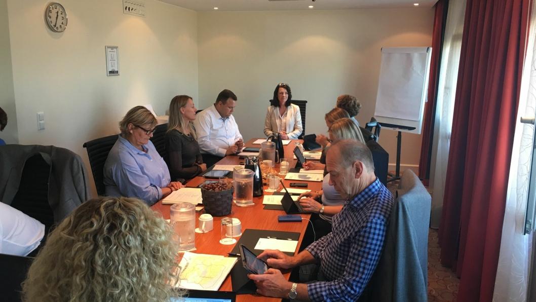 SAMLET TIL MØTE: Representanter for Oppegård og Ski er samlet for å enes om en avtale for den nye storkommunen.