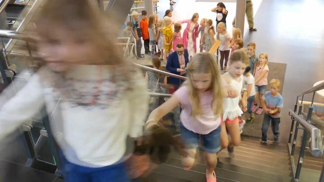 LANG, LANG REKKE: Det var mildt sagt imponerende å se alle barna kose seg med både is, bok og fest!