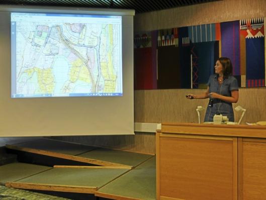 STORE PLANER: Her presenterer prosjektleder Ingunn Kvernstuen sentrumsplanene for Oppegård-politikerne.