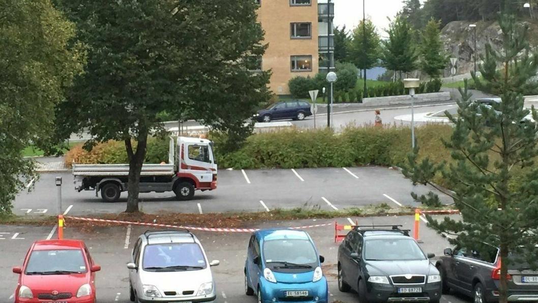 DELVIS STENGT: Oppegård kommune melder om delvis stengt parkeringsplass foran rådhuset de neste dagene.