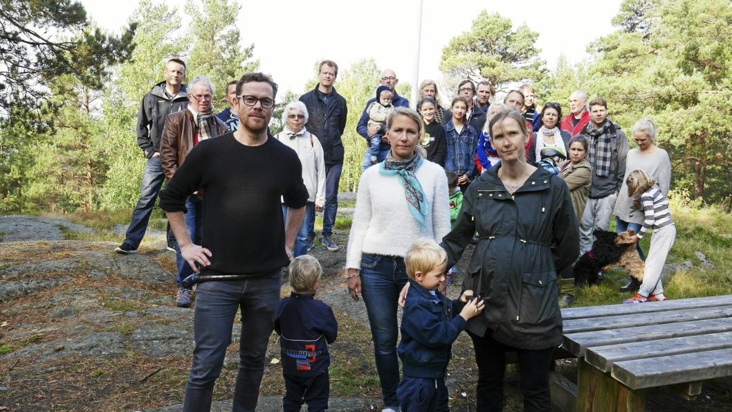 – SKÅN SKOGEN: – Økonomien kan vi alltid rette opp igjen om vi opptrer ansvarlig. Naturen derimot, vil være tapt for alltid, sier Jens Nordahl (MDG), her fotografert sammen med naboene som protesterer mot utbyggingen.