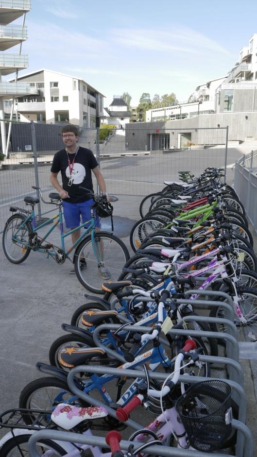 SYKLER TIL ALLE: Utenfor Kolben står en rad med flunkende nye sykler av alle slag som du kan låne helt gratis!