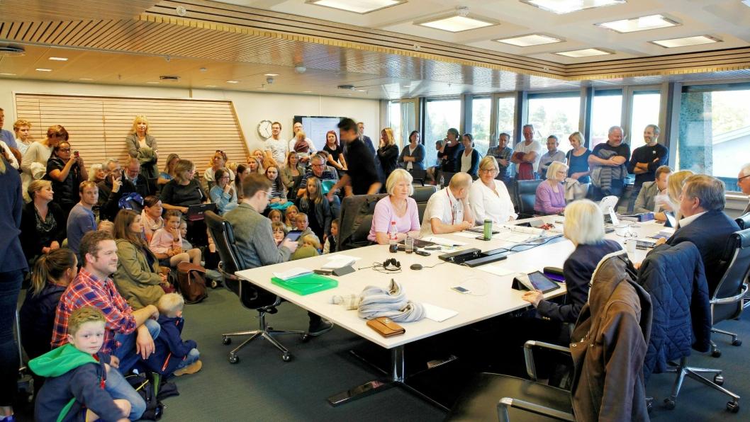 SKOGSELSKERE VS. POLITIKERE: Nær 100 mennesker fra Rikeåsen kom til formannskapets møte onsdag forrige uke. Foto: Svein Størksen