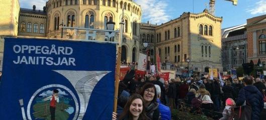 Her demonstrerer janitsjaren foran Stortinget