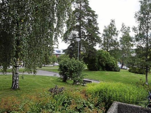 PARKANLEGG: Det er et flott parkanlegg rundt rådhuset. Foto: Yana Stubberudlien