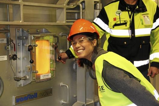 PÅ JOBB: Arbeidsdagen er variert for Lan Marie. Her er hun på forbrenningsanlegget på Klemtsrud.