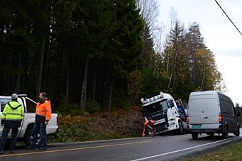 Lastebil presset av veien