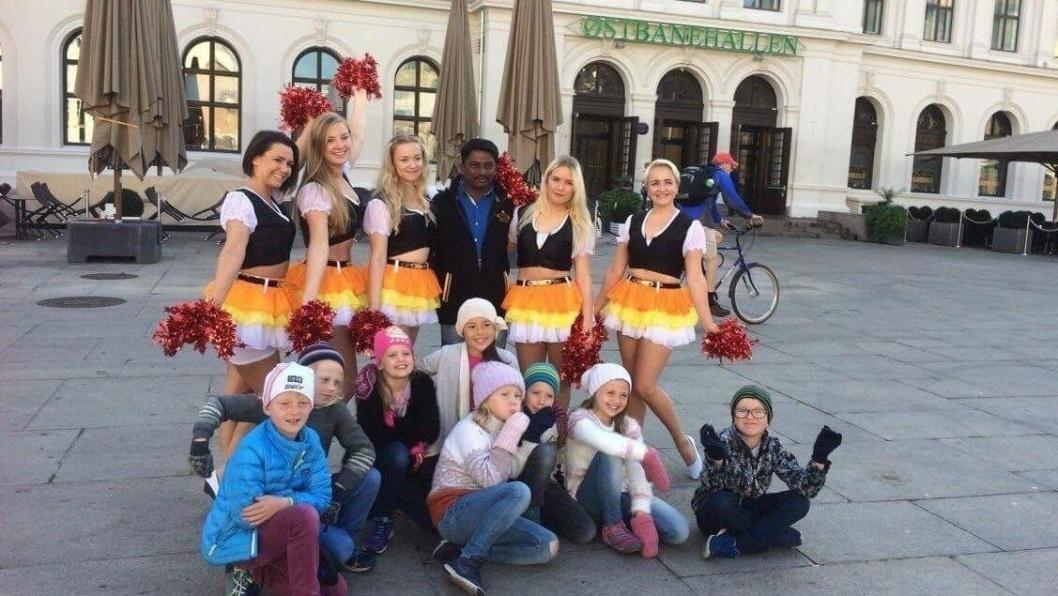DANSERE: Barn fra Tårnåsen skole foran Østbanehallen, sammen med norske dansere og den indiske koordinatoren. (Foto: Kristin Range)