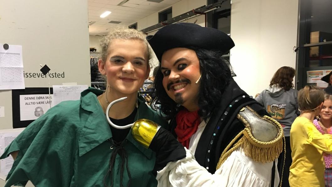 DUS MED HVERANDRE BAK SCENEN: Selv om Peter Pan og Kaptein Krok er erkefiender på scenen, er skuespillerne venner backstage. Nå gleder begge seg til premieren!