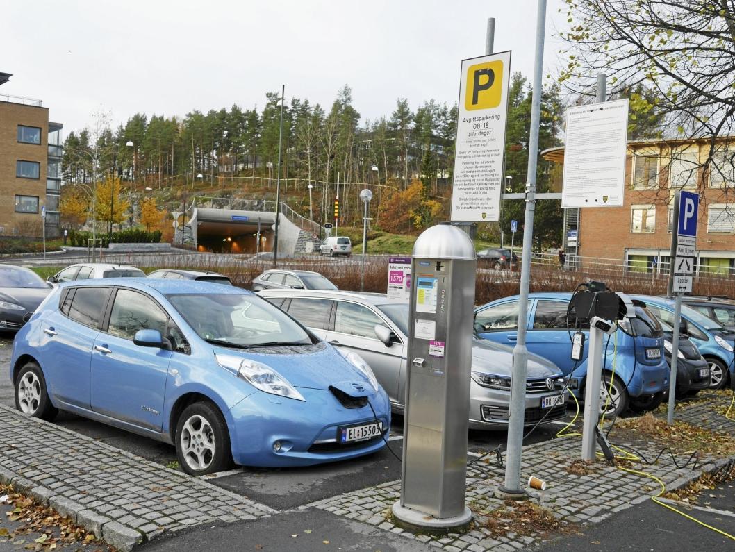 GRATIS I DAG: På kommunale parkeringsplasser kan du per i dag lade og parkere gratis. Dette er en særordning som kan forsvinne.