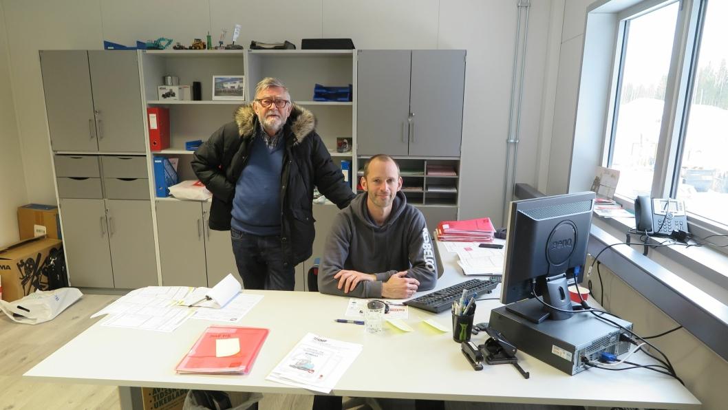 PÅ PLASS: Styreformann Owe Beck (bak) konstaterer at daglig leder Christian Beck er på plass og i fullt arbeid ved ny pult.
