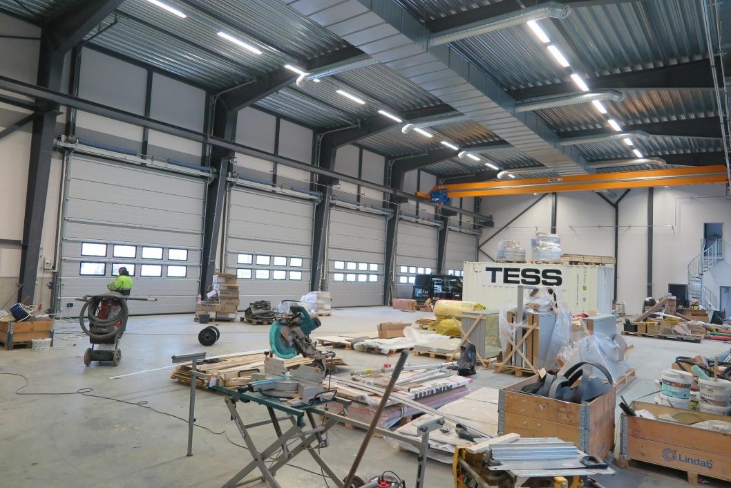 UTSTILLING: Til venstre ligger salgskontorene mens området mellom søylene skal benyttes til utstilling av mindre gravemaskiner.