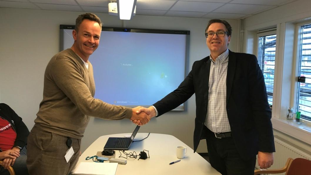 HER ER AVTALEN I (AVFALLS)BOKS: Til venstre ser du direktør i ROAF Øivind Brevik, til høyre i bildet: Daglig leder i Follo Ren Runar Jacobsen under undertegningen av avtalen.