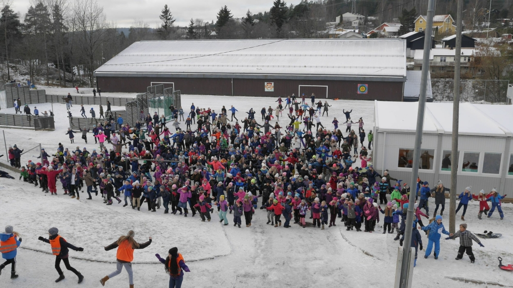 FOR EN HERLIG DANSEDAG: Elevene ved Greverud og de andre barneskolene i Oppegård danset sammen med 250.000 andre barn - helt samtidig - i dag klokken 12.00. Vi har filmet alle skoler. Se egne saker i linkboksen til høyre, og samtlige skoler her!