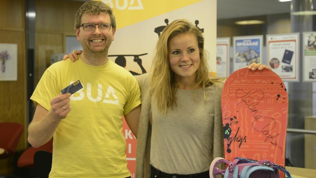 SMILER BRETT: Hans Martin Enger, BUA Oppegård, og Helene Olafsen er fornøyde med å kunne dele ut et signert snøbrett fra XXL Ski, til et heldig BUA medlem.