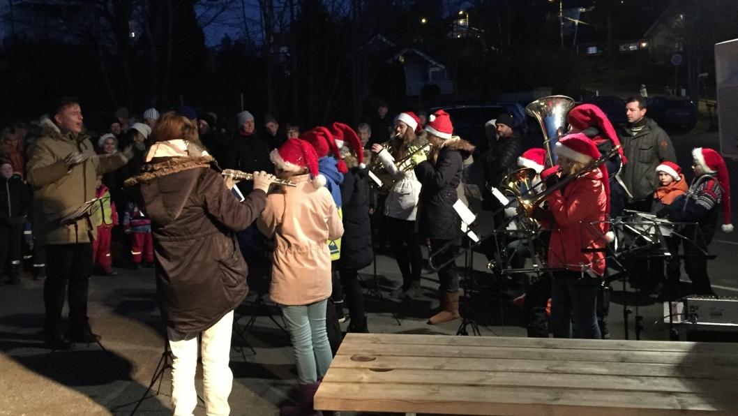 MANGE TILSTEDE: Årets førjulskos på Grendehuset trakk mange mennesker.