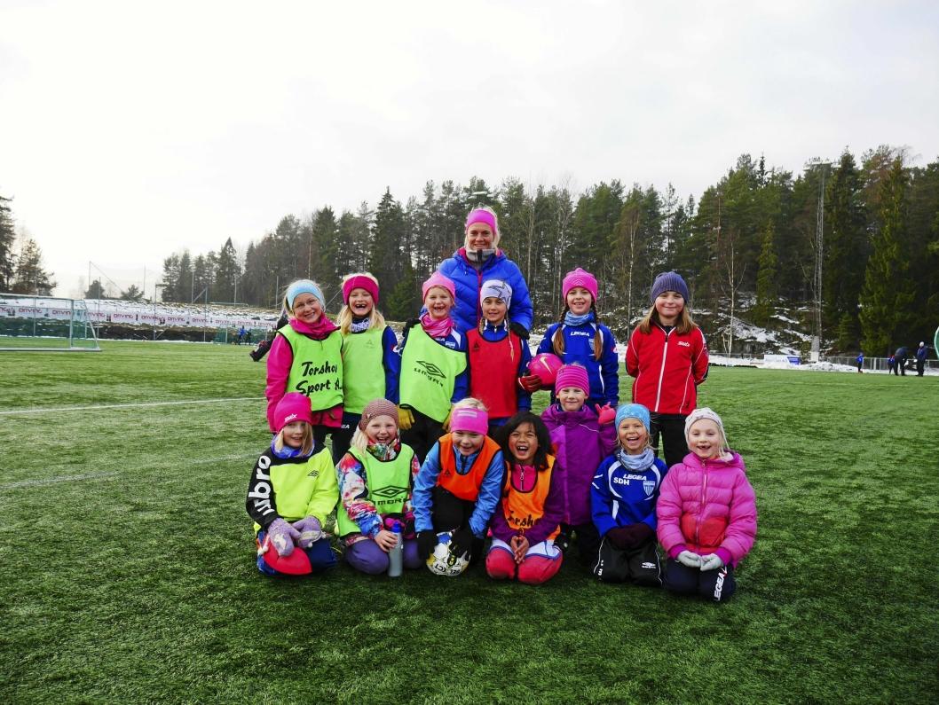 FORBILDE: Her ser du Gulbrandsen på trening med Kolbotns J09. Stjernen tar mer enn gjerne i et tak for de yngre!