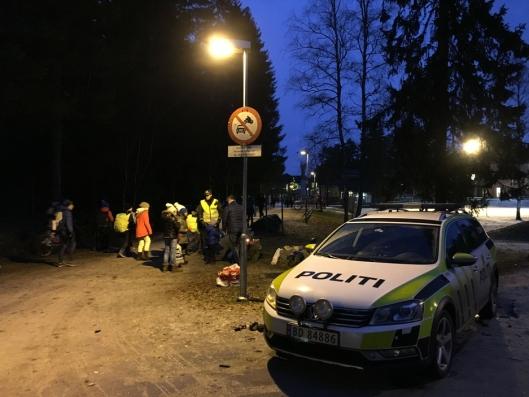 PEPPERKAKEPOLITI: Politiet delte ut reflekser og pepperkaker på Tårnåsen skole.
