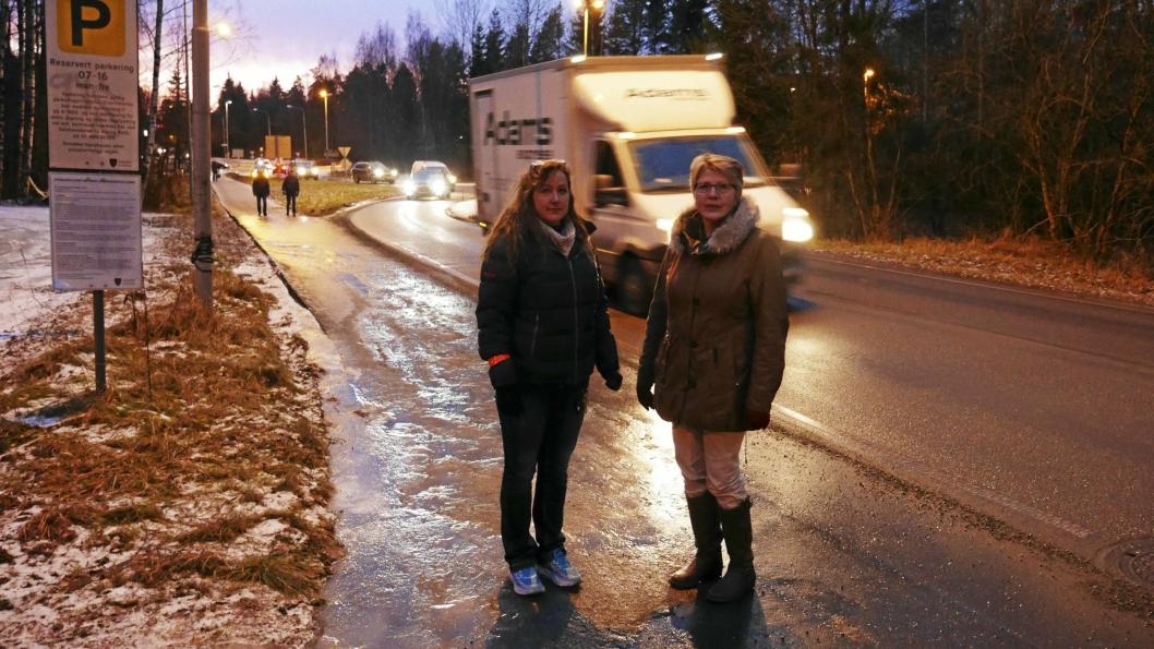 – FARLIGST OM VINTEREN: – Det er farligst å gå her om vinteren. Det mangler fysisk skille mellom gangveien og kjørefeltet, og det er alltid isglatt her, sier Anne Kristin Rutledal og Gerd Ingunn Røe fra Tårnåsen.