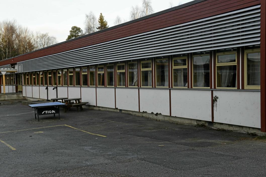 STENGT SIDEN MANDAG: Paviljong fire ligger nord for Sofiemyrhallen. Dette skolebygget brukes av førsteklassingene og barna på 1. til 4. trinn som går på morgen-SFO. Foto: Veronica Grude Docker