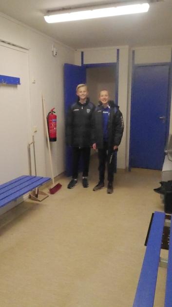 KLIPPET SNOREN: Jacob fra G04 og Anine fra J04 foretok den offisielle snorklippingen, og tok garderobene i nærmere øyesyn. De er storfornøyde!
