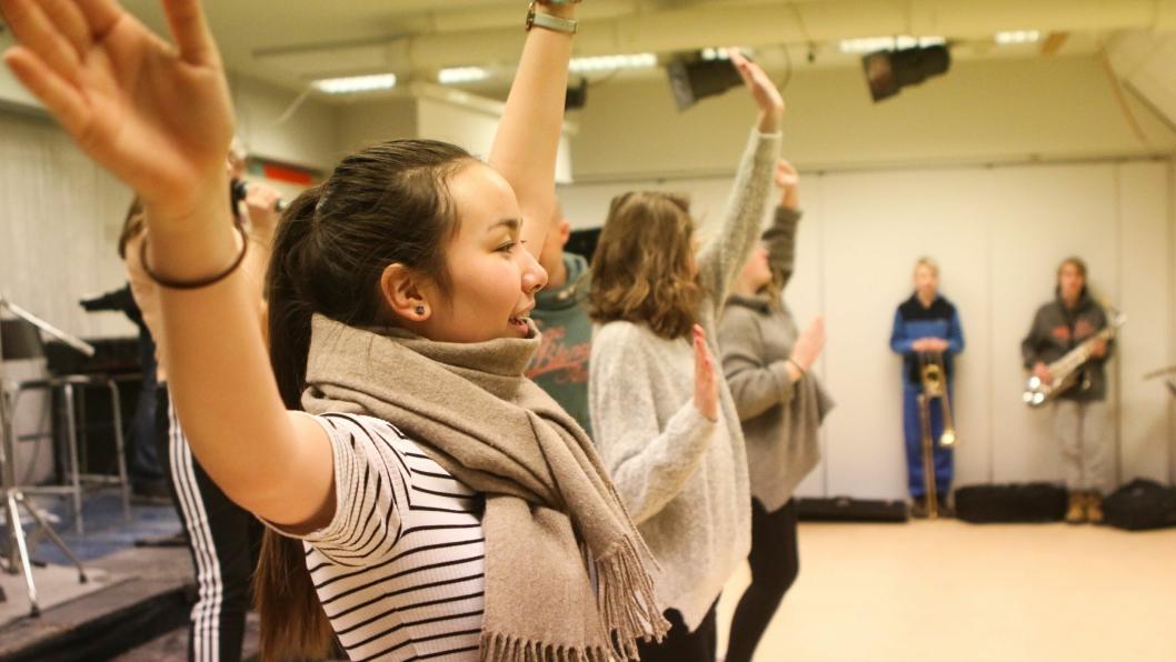 FULLT TRØKK: Det går virkelig unna når ungdommene øver til årets musikal!