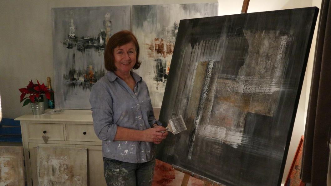 KLAR FOR UTSTILLING: Hilde Ruud Vaadal elsker å male, og gleder seg til å dele kunsten sin med Oppegård-folket!