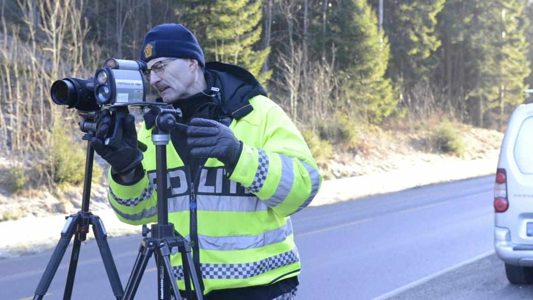 SER ETTER BILBELTER: Oddgeir Blokkum, politioverbetjent i Øst politidistrikt, ser om folk har beltene på seg.