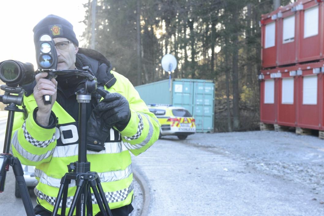 HOLDER ØYE: Oddgeir Blokkum har et våkent øye for mobil -og beltebruk, mens laseren måler farten.
