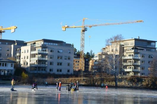 KOS I GUDS FRIE NATUR: Mange har benyttet anledningen til å ta en tur ut på isen på Kolbotnvannet i det siste, men vær forsiktig!