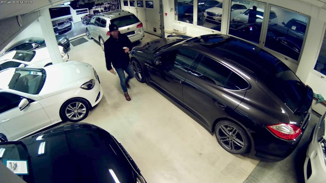 FREKK TYV: Her ser du bilder fra overvåkningskameraene til Kolbotn Bil. Her ser du banditten rekende rundt i lokalet mens han tar seg en kaffekopp!