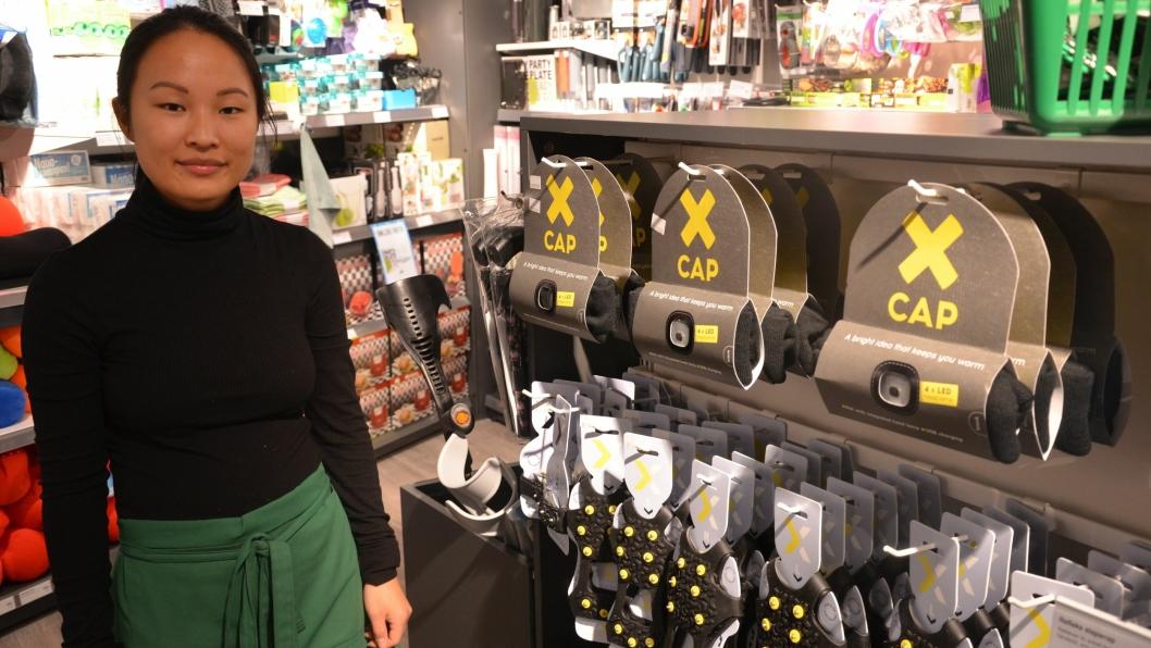 SELGER BRODDER SOM HAKKA MØKK: Butikkmedarbeider Sandra hos Enklere Liv på Kolbotn torg selger brodder kontinuerlig. Brodder er en av vinterens store salgs-suksesser på grunn av forholdene.