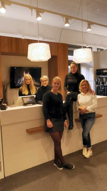 KOSER SEG PÅ JOBB: Gjengen på Kolbotn Klær håper på enda flere kunder i året som kommer.