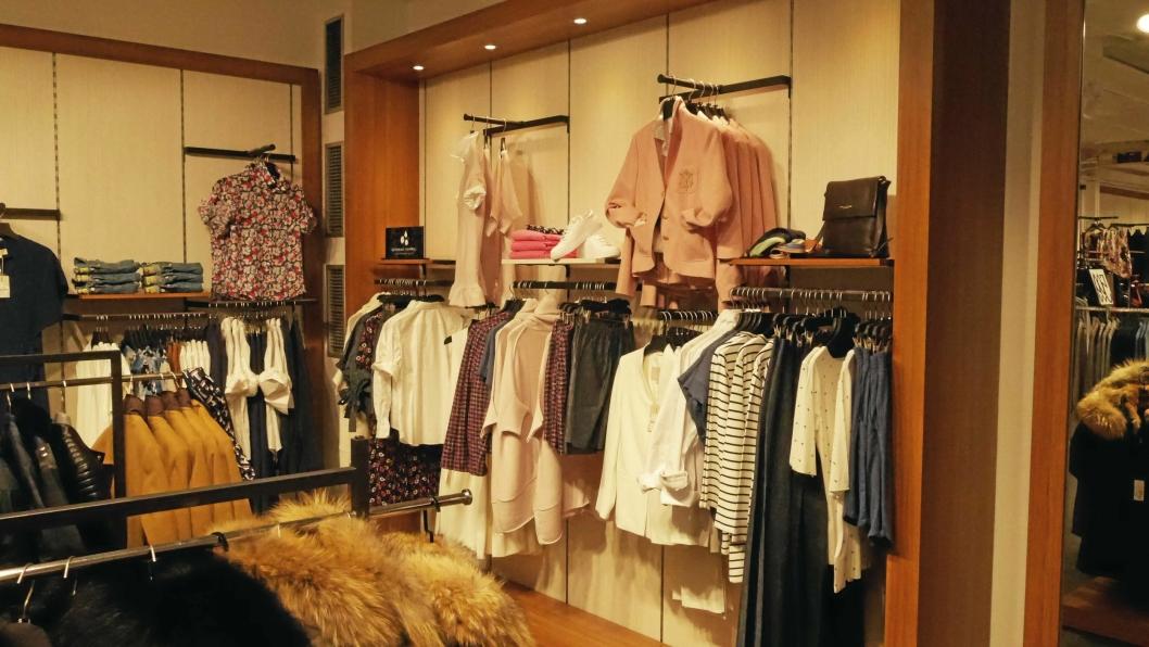 MYE MOTE: Det er rader på rader med klær i butikken på Kolbotn.