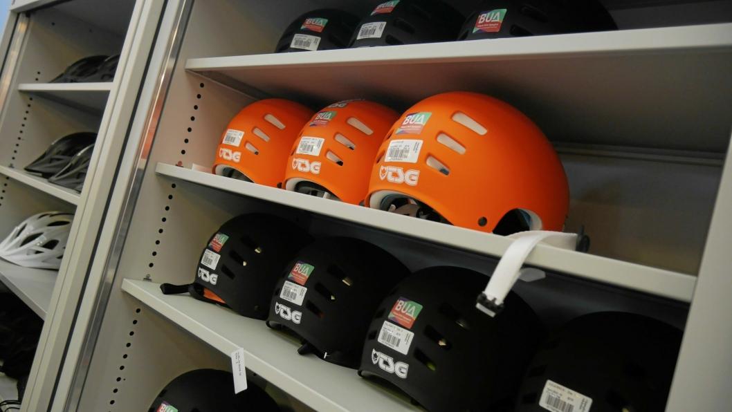 SIKKERHET FØRST: Du kan ikke bare leie snøbrett og ski, sykler og annet, men også sikkerhetsutstyr som hjelmer.