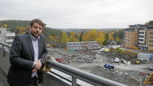 TROR PÅ SENTRUM: Kantor-prosjektet på Kolbotn er et av de nye boligbyggene som er på vei opp i Kolbotn sentrum. Megler Bjørn Vidar Lazar Braaten i DNB bekrefter at Kolbotn blir hetest på boligmarkedet i årene som kommer, akkurat som i dag.