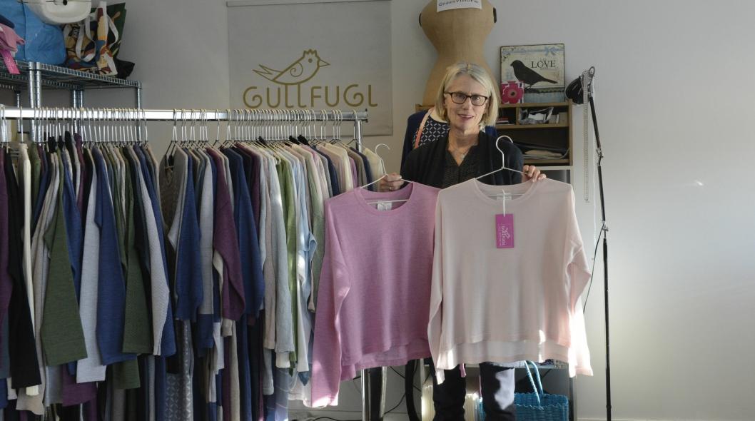 ULL ER GULL:  Designeren satser på behagelige, pene og anvendelige klær i merinoull.