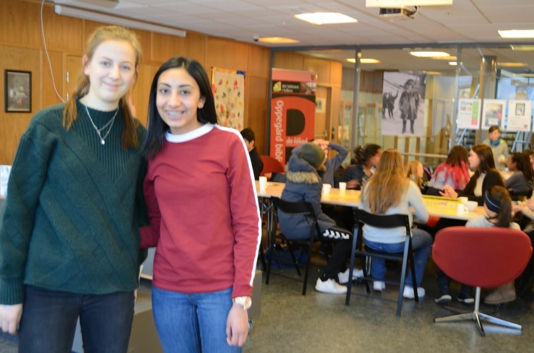 ENGASJERTE: Marthea Meier (t.v.) og Vipra Sharma fra Sofiemyrtoppen skole har valgt et annerledes, men svært givende valgfag denne våren! Som du ser fra bildet her, er det ingen tvil om at tilbudet er populært!